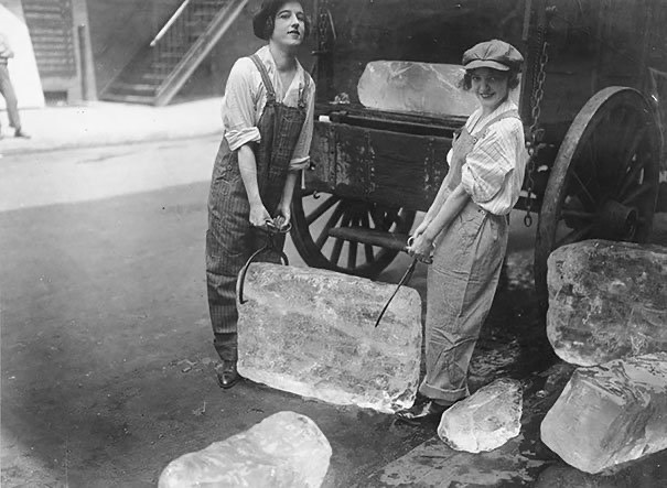 Women delivering ice 1918